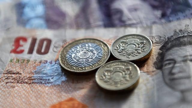 Britische Pfund in Scheinen und Münzen.