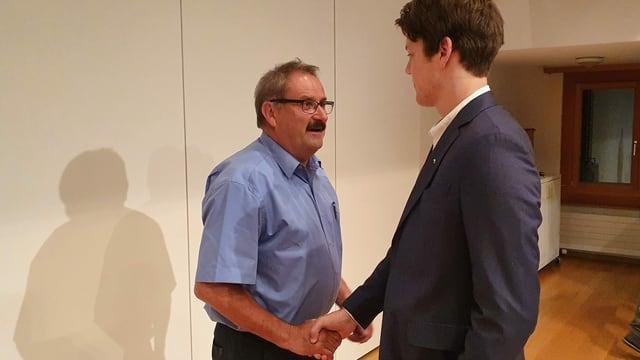 Corsin Häfner gratulescha al president communal reelegi Victor Peer