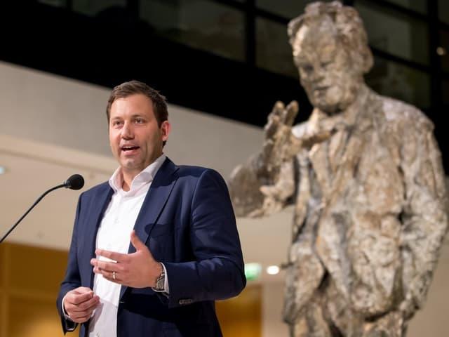 Lars Klingbeil vor der Willy-Brandt-Statue im Haus der SPD in Berlin.
