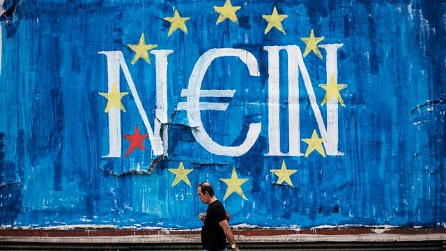 Ein riesiges blaues Graffiti mit einem «NEIN» und dem «E» als Euro-Zeichen.