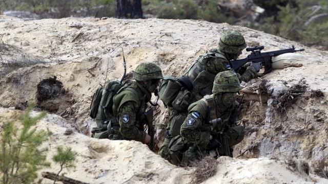 Estnische Soldaten in einem Graben.