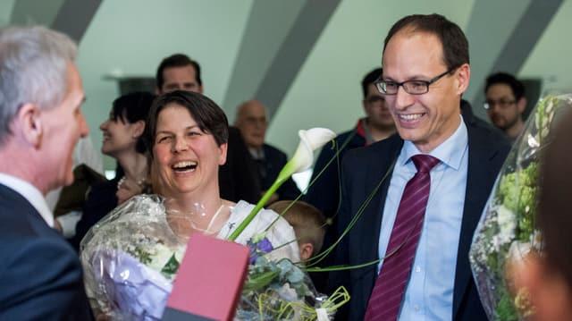 Marc Maechler, rechts, freut sich mit seiner Ehefrau über die Wahl zum Regierungsrat im April 2016.