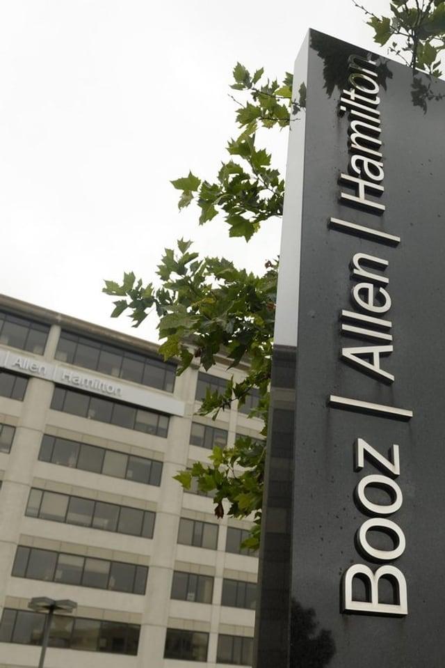 Eine Stehle mit dem Logo von «Booz Allen Hamilton» vor dem Firmensitz.