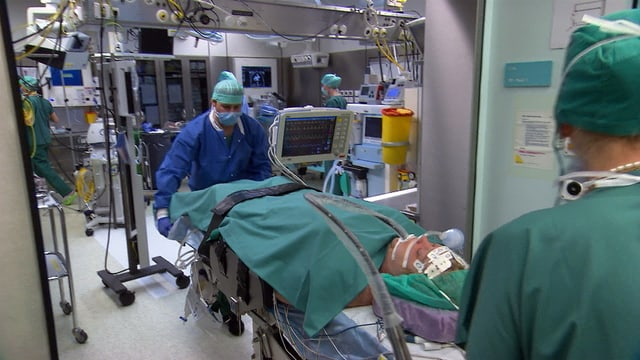 Die Patientin wird in den Operationssaal geschoben.
