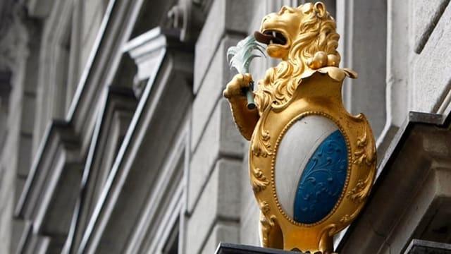 Ein goldener Löwe mit Zürcher Wappen am Eingang des Zürcher Rathaues