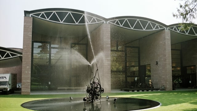 Tinguely-Museum mit Tinguely-Brunnen