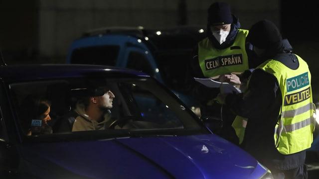 Grenzpolizisten kontrollieren Automobilisten