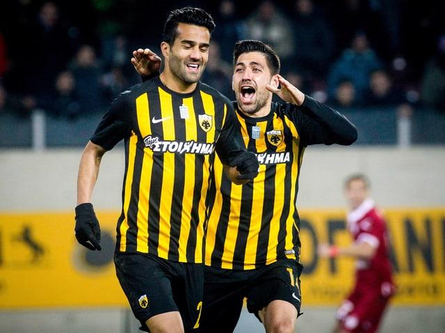 Die AEK-Spieler Masoud Shojaei und Anastasios Bakasetas jubeln.