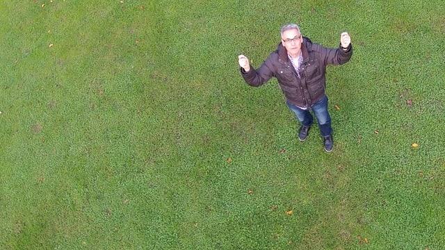 Das Bild zeigt Digitalredaktor Peter Buchmann aus der Luft fotografiert von einer Ballon-Drohne.