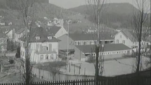Schwarzweissaufnahme Schulhaus