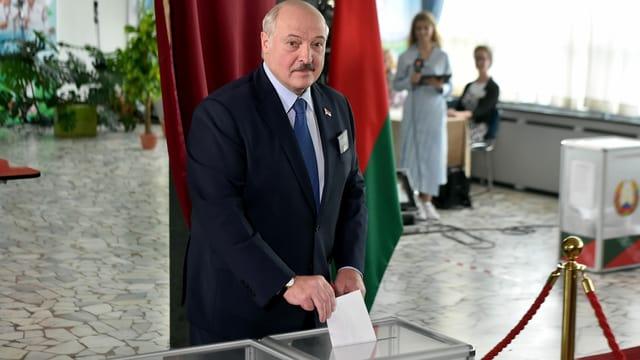 Mann bei Stimmabgabe.