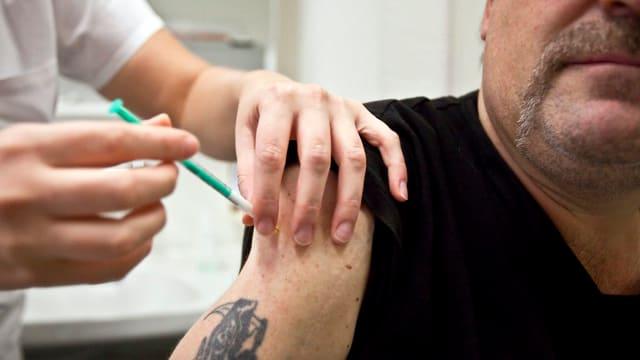 Mann, der sich impfen lässt.