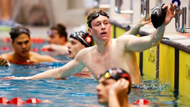 Yannick Käser im Wasser nach dem erreichen des Ziels