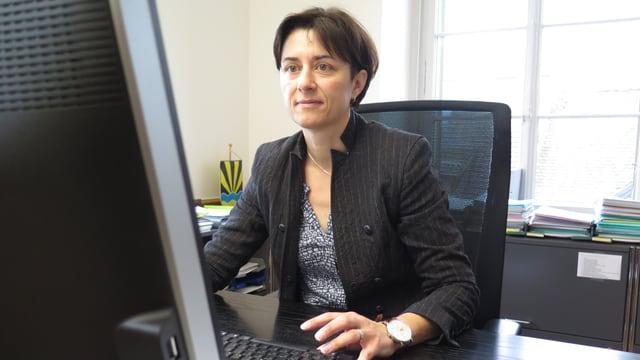 SVP-Politikerin Monika Knill in ihrem Büro.