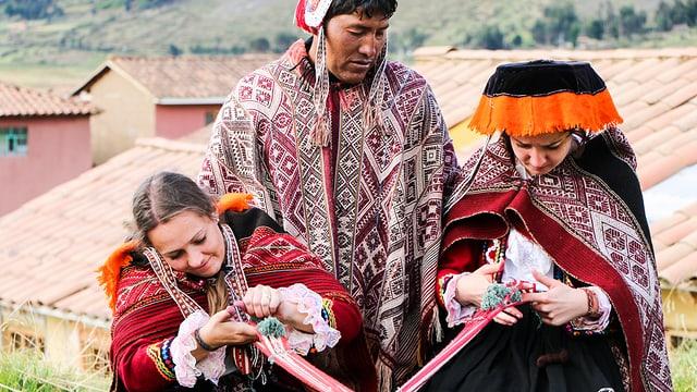 Peruanischer und zwei Schweizer Schneiderinnen bei der Arbeit