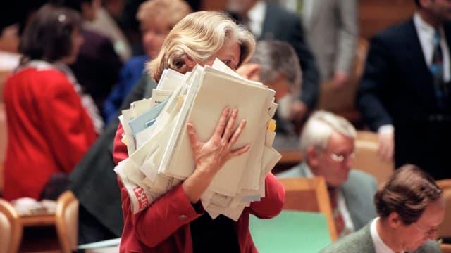 Verena Diener entsorgt während einer Session im Bundeshaus Unterlagen