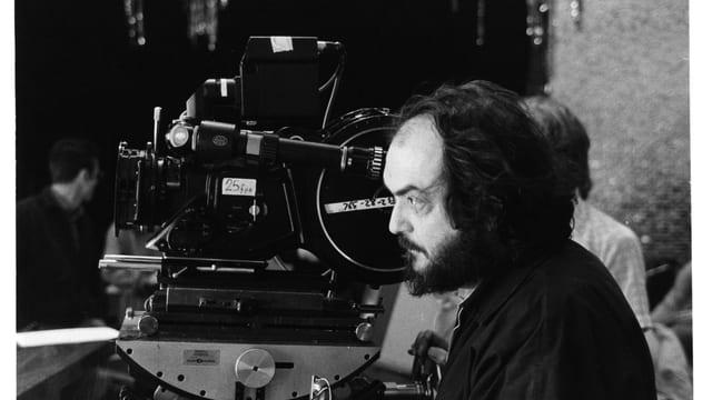 Stanley Kubrick bedient eine Filmkamera.