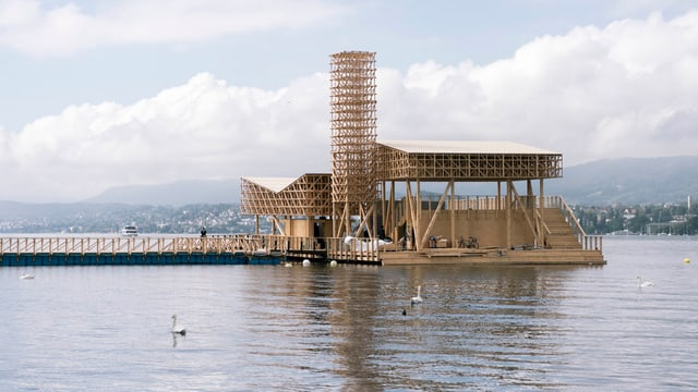 Schwimmende Holzplattform auf dem Zürichsee.