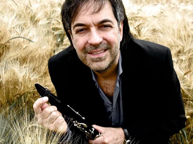 Marco Santilli mit Klarinette in der Hand.