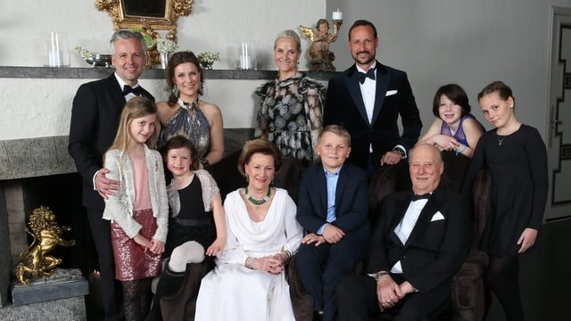 Familienfoto der norwegischen Royals vor Kamin