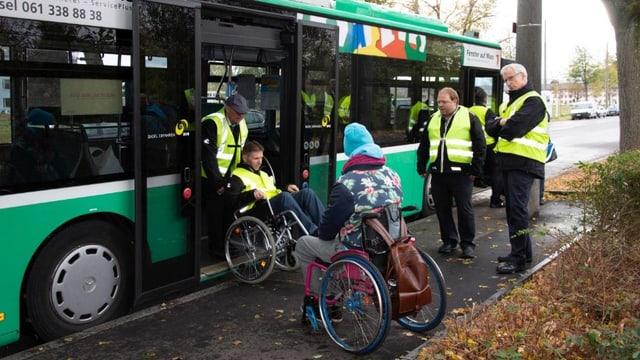 Chauffeure der BVB üben das Einladen eines Rollstuhls