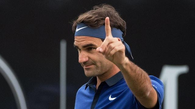 Roger Federer streckt den linken Zeigefinger aus.