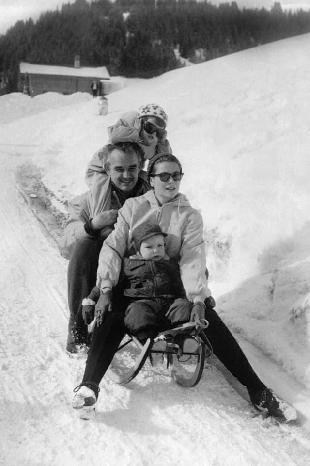 Eltern Rainier und Gracia Patricia mit Tochter Caroline und Sohn Albert schlitteln in Schönried zu Tal.