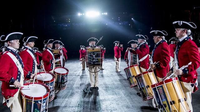 «The United States Army Old Guard Fife and Drum Corps» in historischen Kostümen mit Trommeln