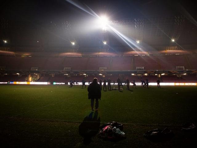 FCZ-Trainer Ludovic Magnin verfolgt das Training seiner Mannschaft trotz Stromausfall.
