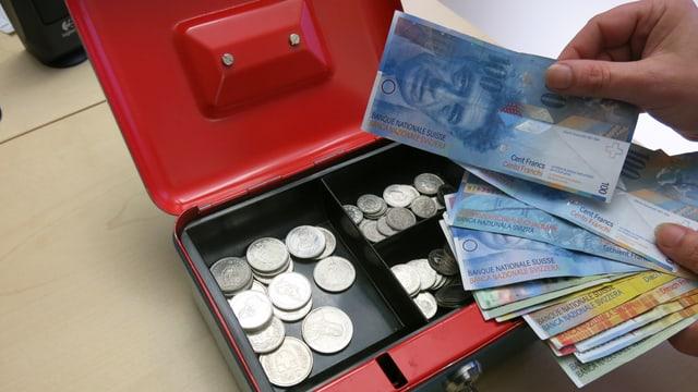 Kasse mit Geldnoten.