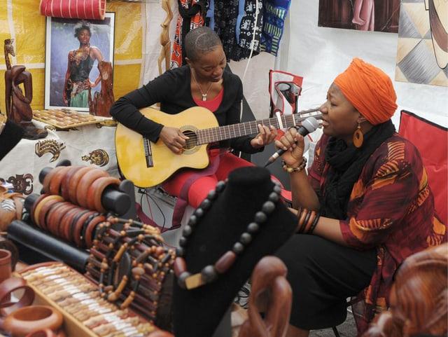 Ein Sängerin und eine Gitarristin an den Afro Pfingsten in Winterthur.