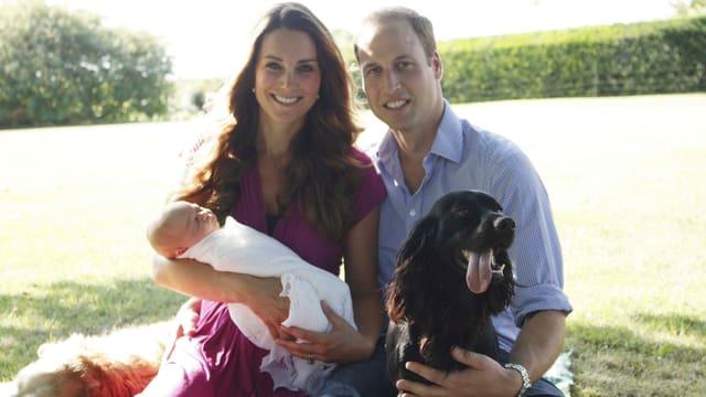 Das erste offizielle Foto der frischgebackenen Eltern Kate und William mit ihrem Baby George und zwei Hunden.