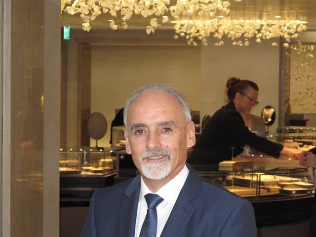 Direktor Seppi Williner in den neu renovierten Räumen.