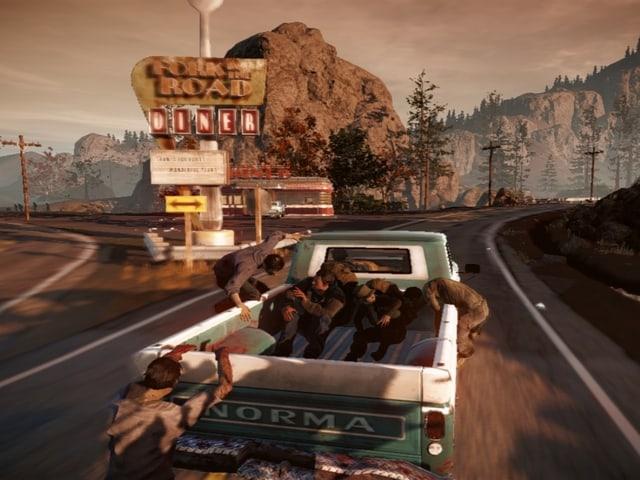 Zombies greifen einen fahrenden Pickup-Truck an.