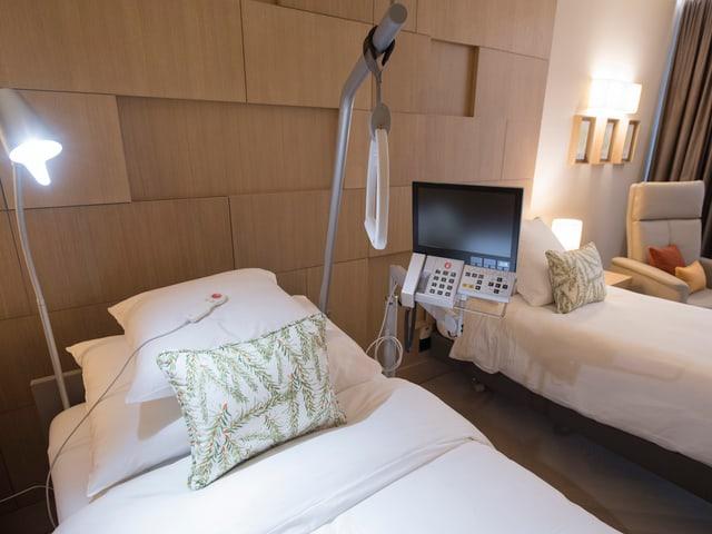 Krankenbett in einem Hotelzimmer.
