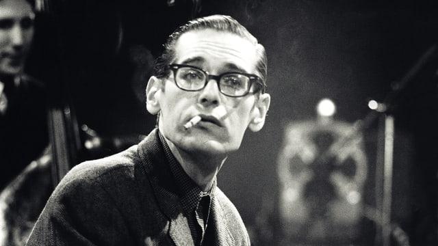 Bill Evans im Porträt. Er raucht.