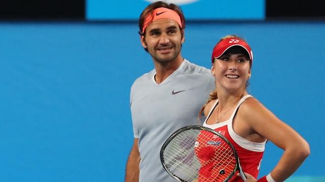 Roger Federer und Belinda Bencic schauen ins Publikum.