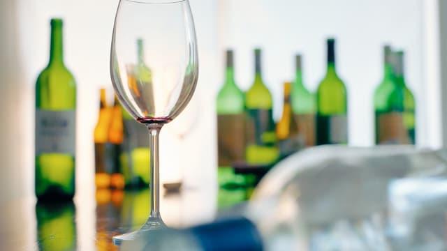 Leere Weinflaschen auf einem Tisch.