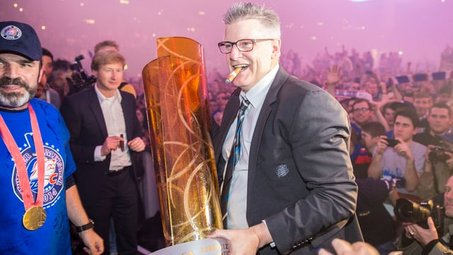 ZSC-Coach Marc Crawford posiert mit Zigarre und Meisterpokal.