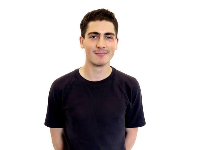 Denis Ivanoviv im Porträt. Er trägt ein schwarzes T-Shirt.