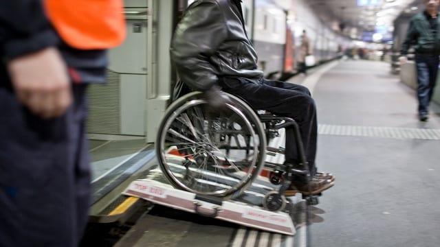 Um en sutga da rodas banduna in tren.