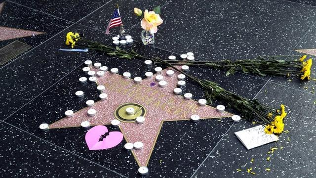 Blumen und Kerzen auf dem Stern.
