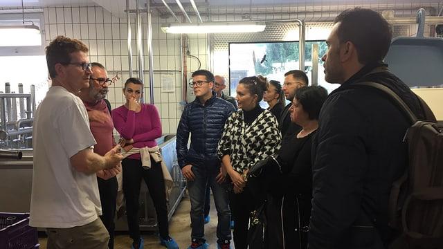 Die albanischen Unternehmer hören dem Chef der Sennerei Bachtel gespannt zu.
