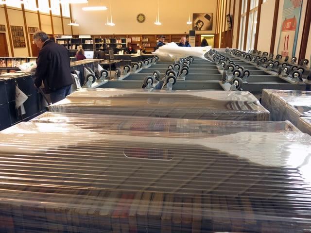 Verpackte Bücher in der Freihandausleihe der zhb
