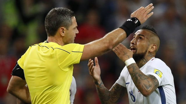 Arturo Vidal diskutiert mit dem Schiedsrichter.
