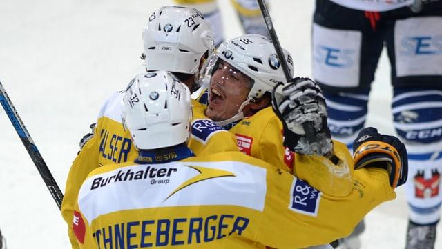 Il giugader da hockey dal HCD Marc Wieser festivescha ses gol da victoria cunter Ambri-Piotta