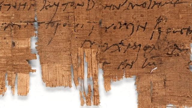 Ein Stück braunes Papyrus, das mit einer schwarzen Schrift beschrieben ist.