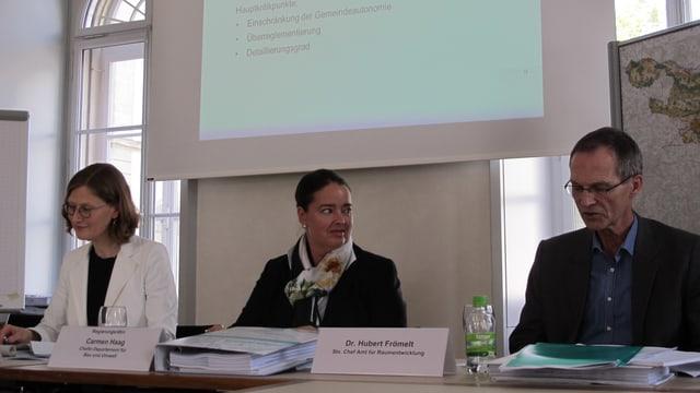 Regierungsrätin Carmen Haag (Mitte) bei der Präsentation des revidierten Richtplans in Frauenfeld.