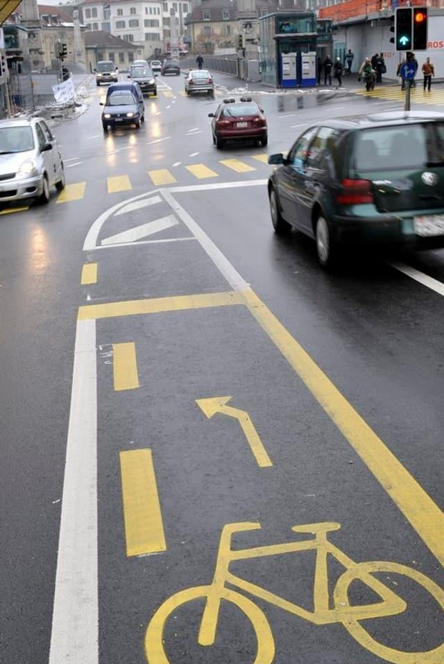 Fahrradstreifen mitten zwischen fahrenden Autos.