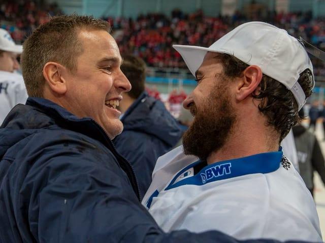 Coach Dan Tangnes freut sich mit Fabian Schnyder nach dem Cup-Sieg.